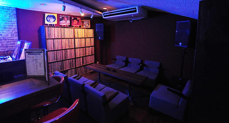 レコードBAR79.7の奥のソファー席